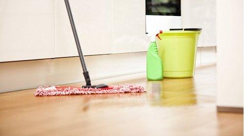 4 cách vệ sinh sàn gỗ công nghiệp đẹp như mới